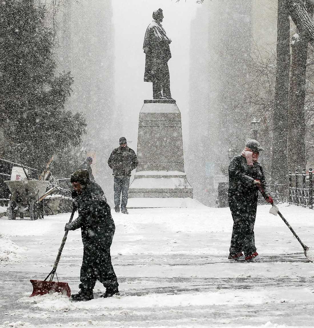 New York Parkvaktare försöker hålla gångarna på Union Square snöfria.