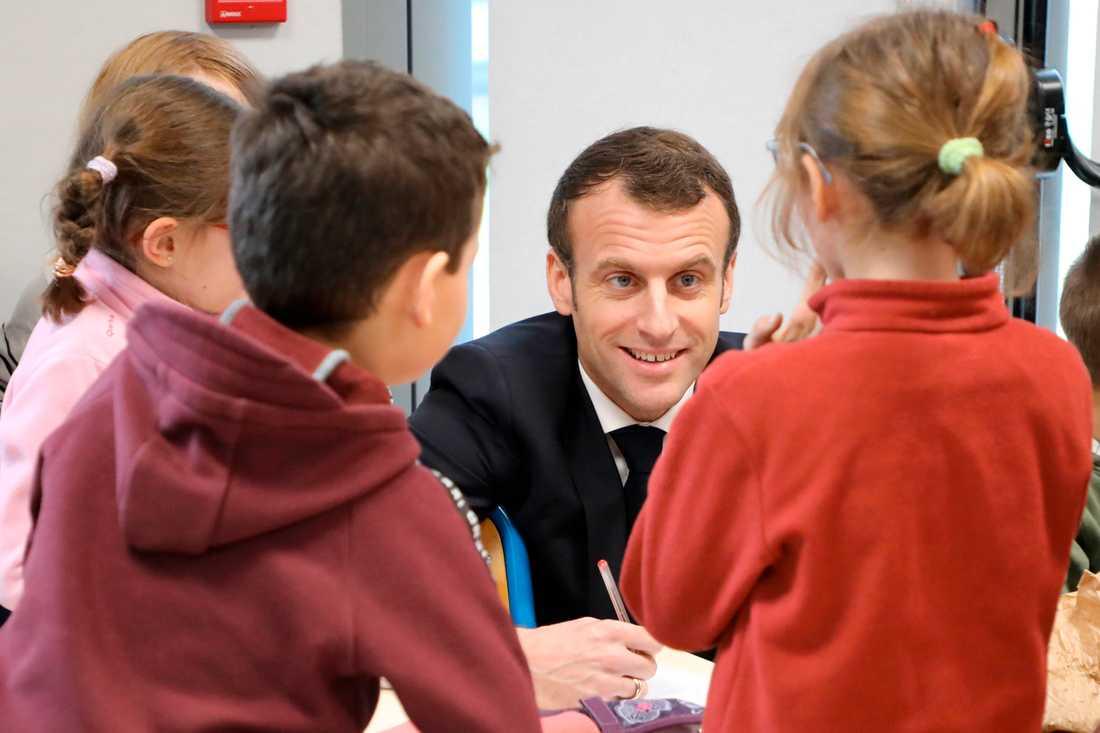 Frankrikes president Emmanuel Macron besöker elever i en skola i Saint-Sozy.