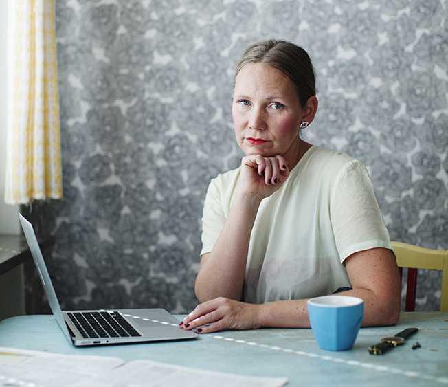 """Kajsa Sundin (född 1977) debuterade 2007 med diktsamlingen """"Definition"""" och kommer nu ut med romanen """"För att de ville det""""."""