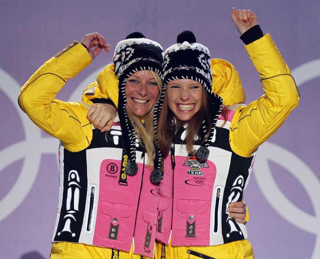 Evi Sachenbacher-Stehle, till höger, och Claudia Nystad firar OS-guldet i teamsprint 2010.