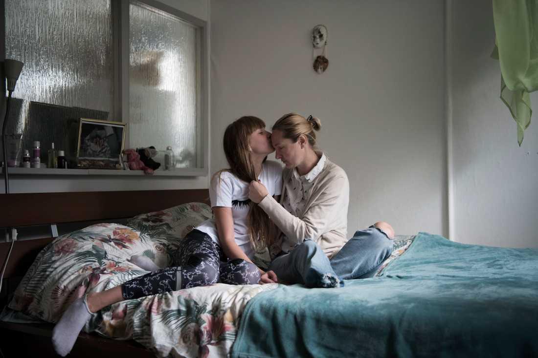 Iryna, 38 år, från Ukraina och hennes dotter. Iryna skadades i terrordådet på Drottningatan den 7 april 2017.