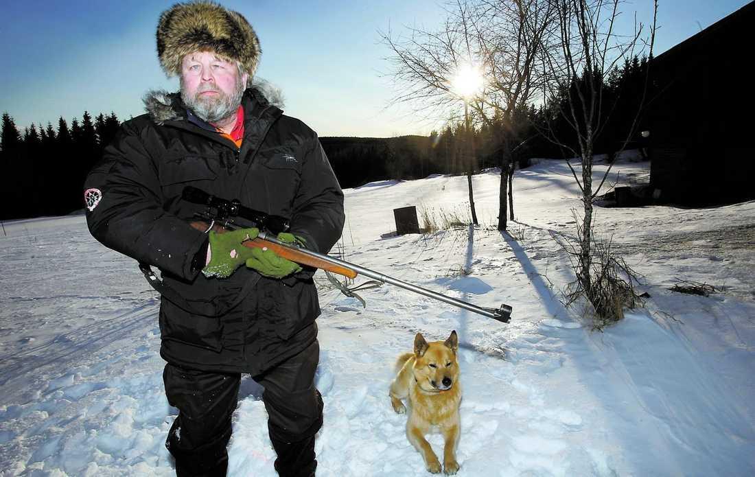 """""""dyker det upp någon skjuter jag"""" Folke Johansson, från Vittsjön i Hälsingland, för ett krig mot vargen. Med geväret redo söker han efter spår tillsammans med hunden Goes. För en tid sedan fick han syn på en varg från bilen. """"Först trodde jag det var en hund så jag bromsade. Synd för annars hade jag kört ihjäl honom"""", säger Folke."""