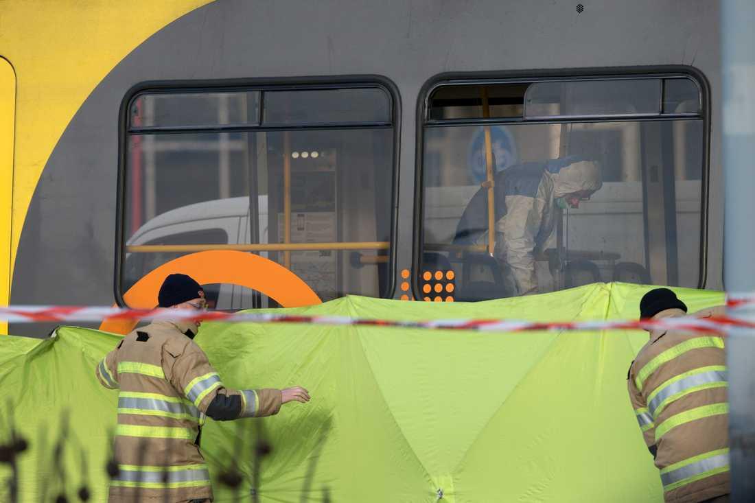 Polisens tekniker jobbar ombord på spårvagnen.