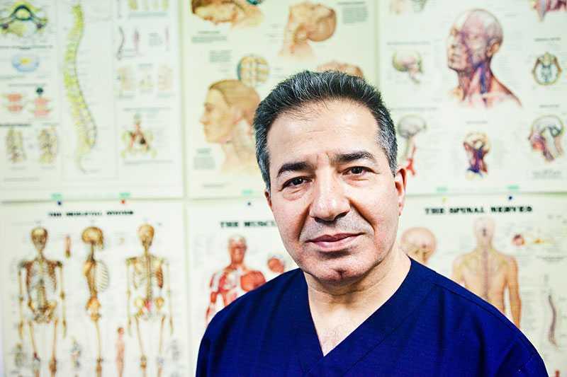 –Helst ska man stå och jobba, säger Mahr Yousefy på Sabbatsbergs ryggcentrum i Stockholm