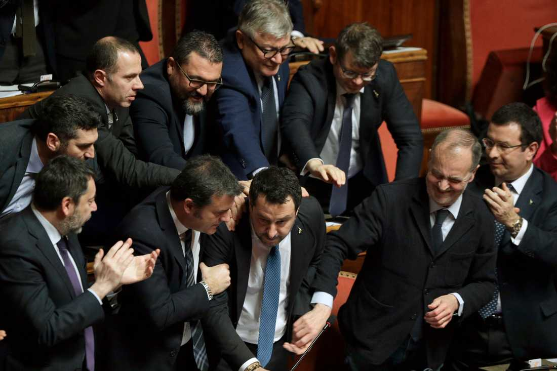 Matteo Salvini får stödklappar av Legakollegor efter senatens beslut om att häva hans immunitet.