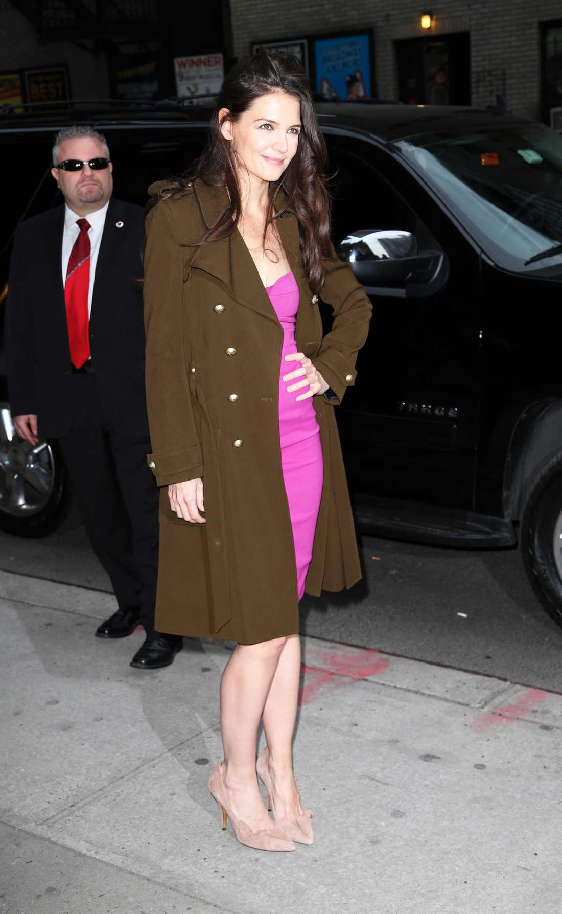 Katie Holmes posar vant i en Narciso Rodriguez-dress, klackar från Isabel Marant och jacka från Balenciaga.