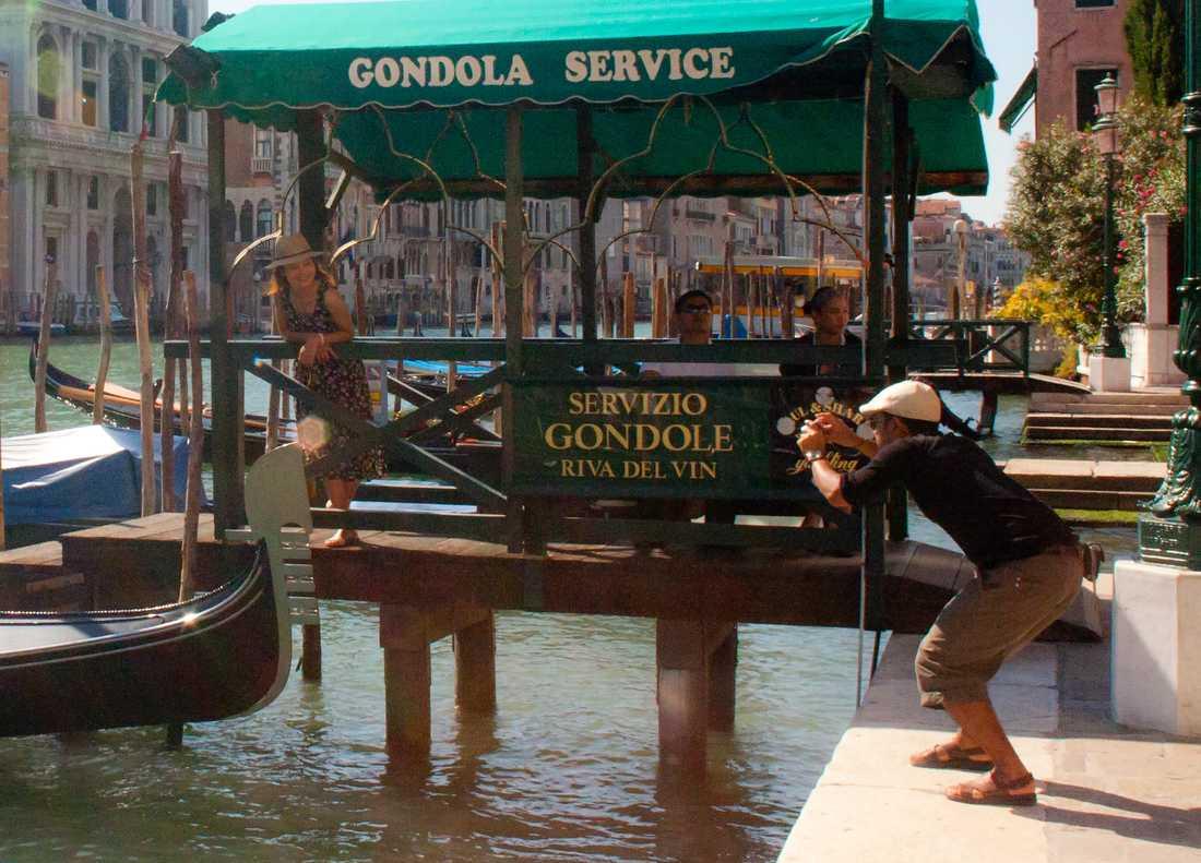 ...samtidigt som amerikanska turister fotade varandra vid kanalerna...