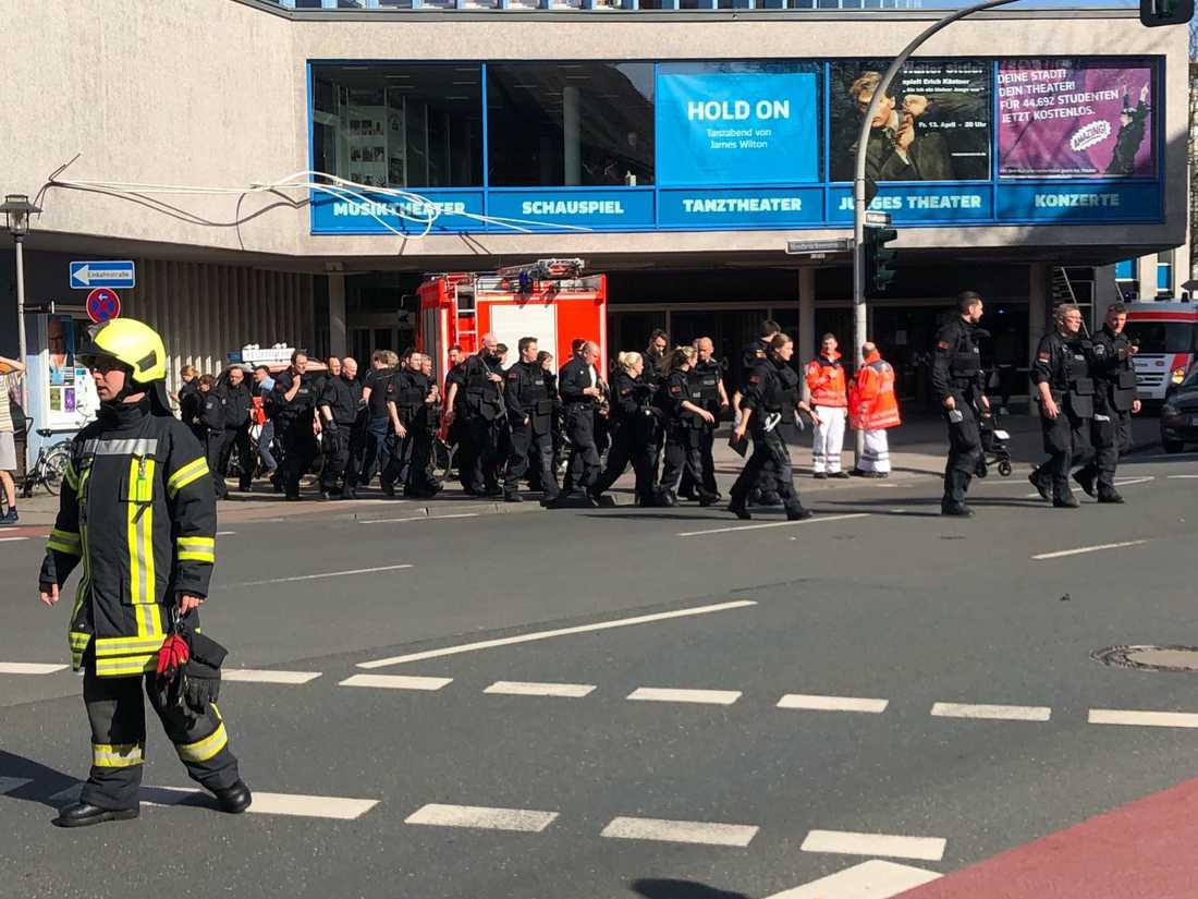 Två personer dog i attacken, medan sex personer uppges vara livshotande skadade.