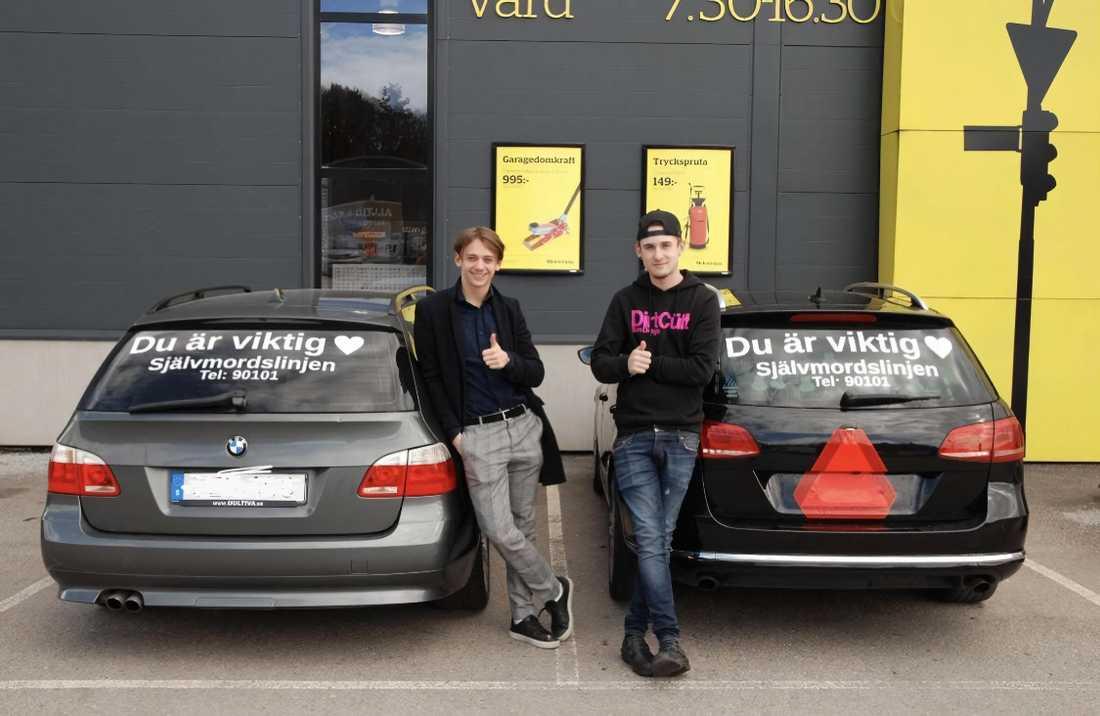 Oliver Gallo och Hampus Sandström sprider budskapet på sina bilar.
