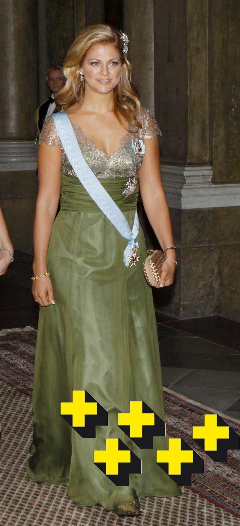 2008, andra dagen: Madde, så läckert!! Den gröna färgen är perfekt för henne, hennes hy och ögon fullständigt poppar ut! Läckert med en enkel frisyr och snygga smycken i håret. Broderierna är så vackra och livet runt midjan ger klänningen en fantastisk form.