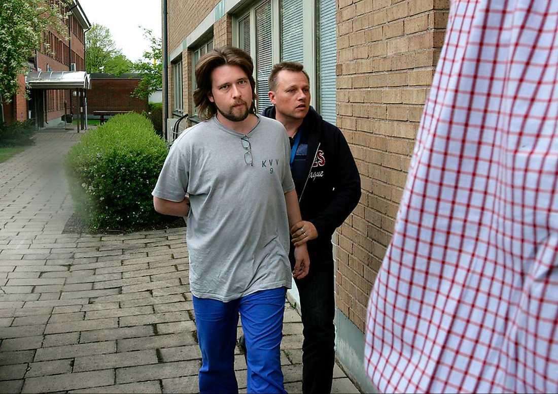 Mattias Nilsson.  Misshandlade och ströp en kvinna i Karlskoga med en livrem. De hade ett förhållande. Efter att hon avlidit skändade han kroppen och dömdes därför även för brott mott ‧griftefriden.  Dömd 2007
