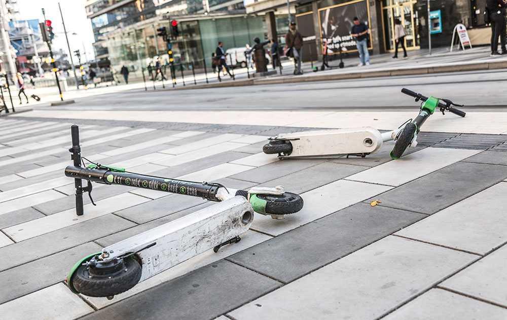 Elscootrar på trottoar i Stockholm.