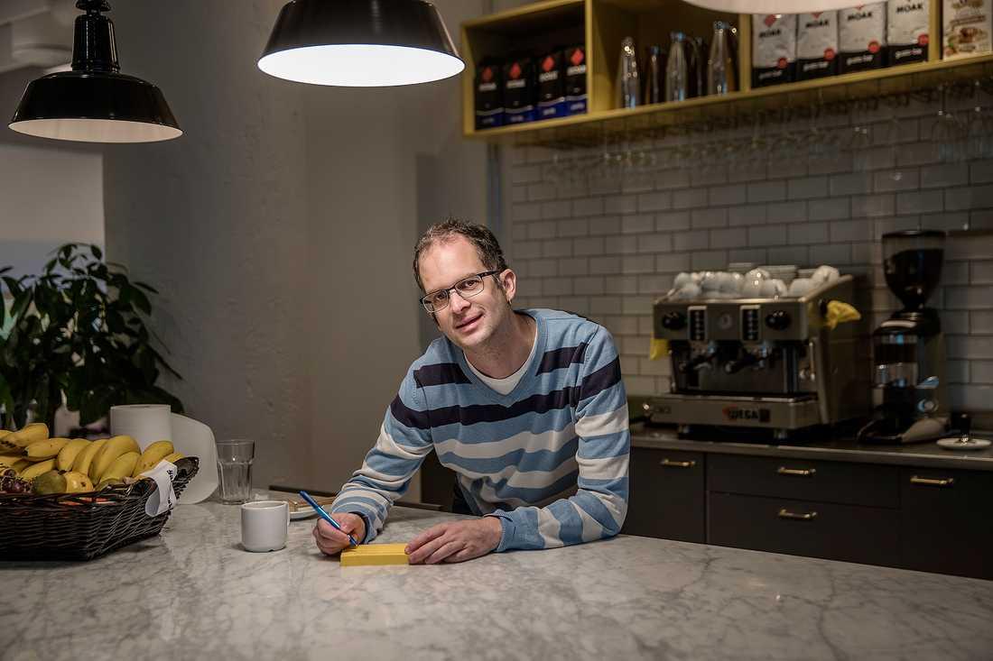 """Andreas Brunnström jublade när han fick anställning på mediabyrån. """"Jag blev överlycklig, hoppade i korridoren och ringde och berättade för min mamma"""", berättar han."""