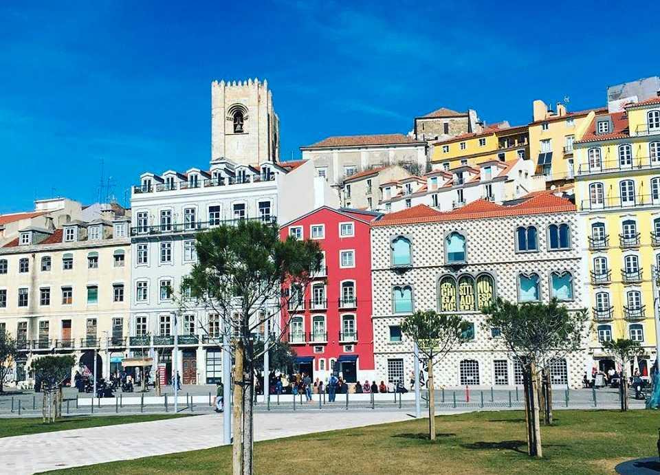 Torget vid Campo das Cebolas i Lissabon är nyligen renoverat.