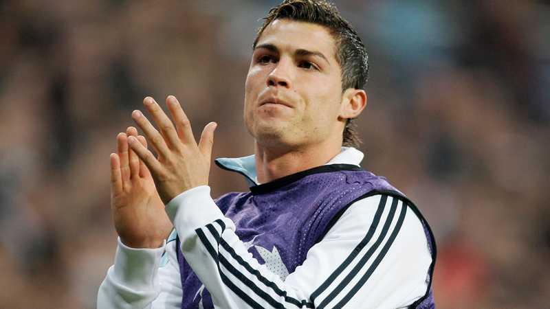 Pappas pojke Även om det inte blivit särskilt många klappar på plan den senaste tiden har Cristiano Ronaldo anledning att applåderas. Han är pappa till en nyfödd pojke.