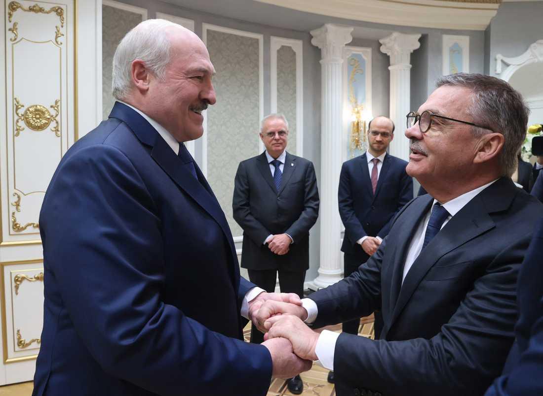 Belarus president Aleksandr Lukasjenko träffade Internationella ishockeyförbundets ordförande René Fasel nyligen.