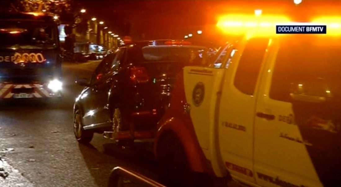 Den övergivna flyktbilen tas om hand av polisen.