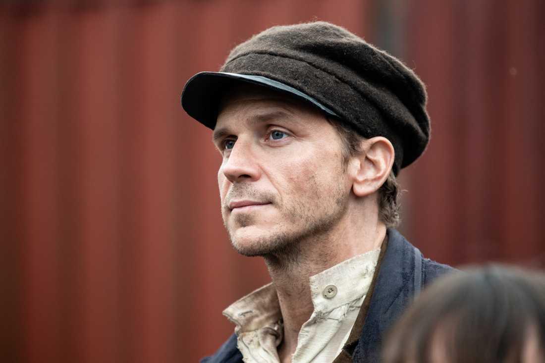 Gustaf Skarsgård spelar Karl-Oskar.