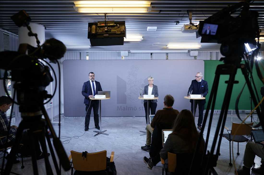 Presskonferens i Malmö med anledning av nya regionala coronarestriktioner i Skåne. Från vänster: Per-Erik Ebbeståhl, stadskontoret, Anne Mattsson, kulturförvaltningen, och Johan Hermansson, fritidsförvaltningen.