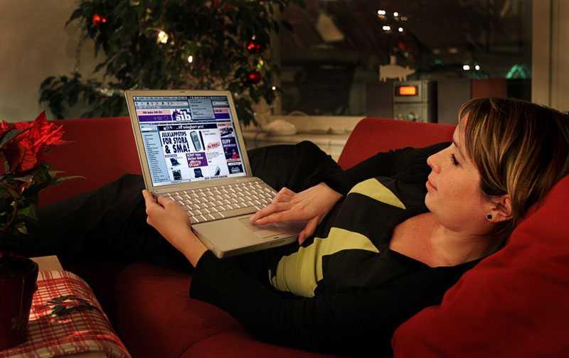 Shoppar på nätet Allt fler svenskar väljer att köpa julklappar på internet.