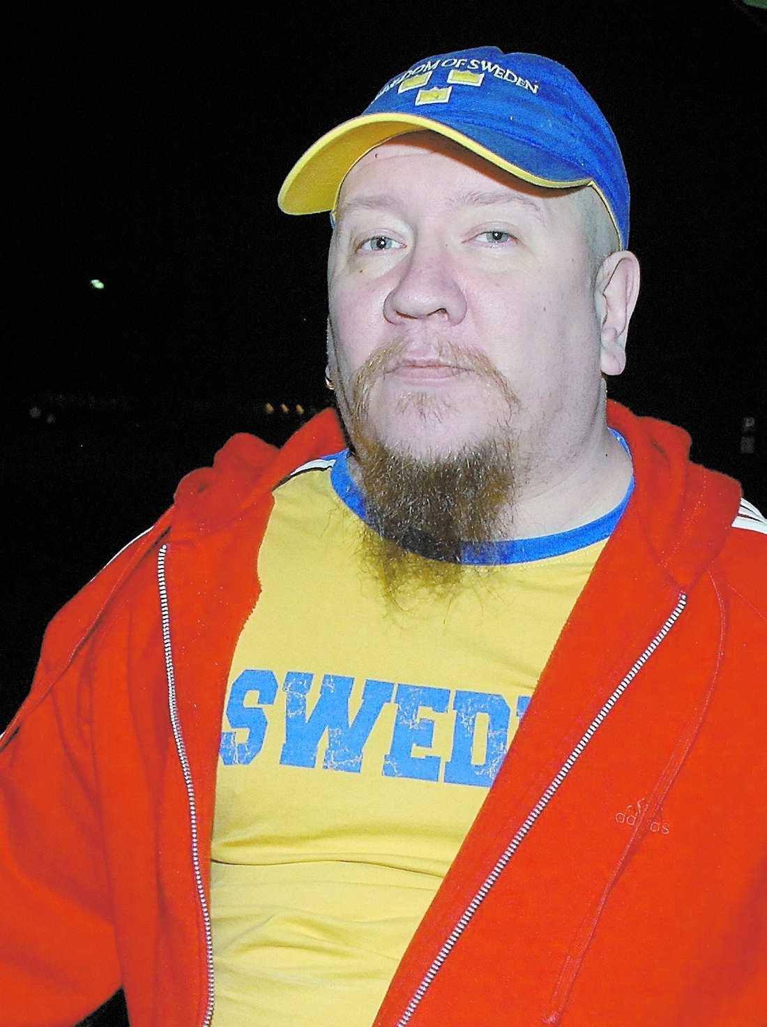 """sverigestil När Juha Valjakkala klev ut från fängelset 2009 hade han sverigetröja och sverigekeps. """"Det är ett sätt att markera, en far åt helvete-gest. Han vill visa att 'jag skiter i er',"""" sa Leif GW Persson."""