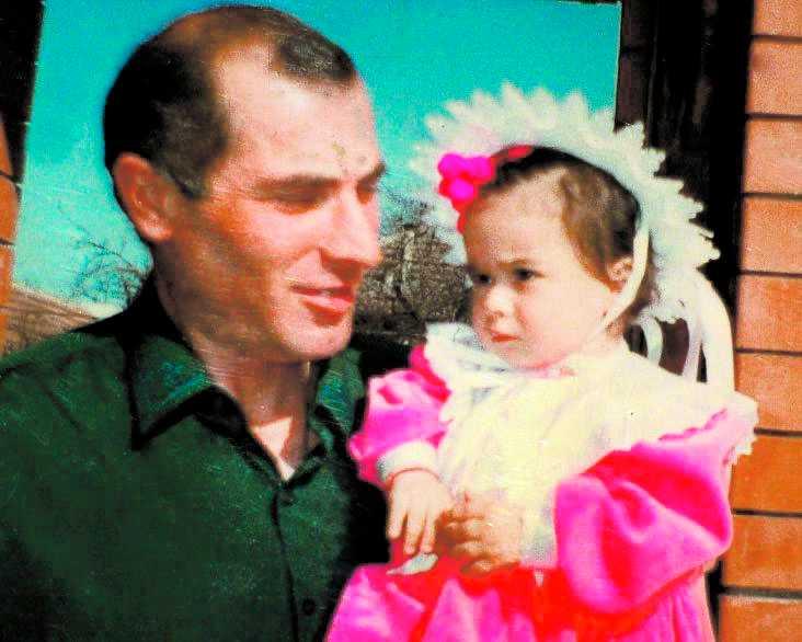 DÅ Vitalij Kalojev på en gammal bild med dottern Diana som omkom i flygkraschen. Kalojevs hämnd blev blodig. Han högg ihjäl den flygledare som var ansvarig för olyckan.
