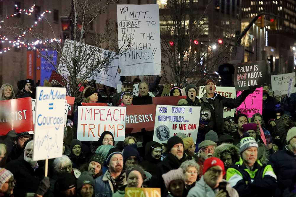 Omkring 300 demonstranter samlades i Salt Lake City, Utah på tisdagen för att demonstrera för riksrättsåtal.