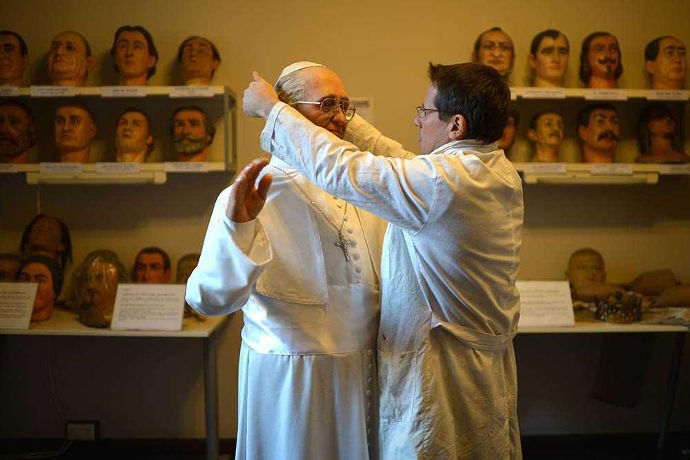 ROM Chefen för vaxmuseet i Rom, Fernando Canini, gör de sista finjusteringarna på en staty av påven Franciskus. Statyn kommer visas för allmänheten på söndag.