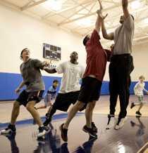 USA:s president Barack Obama gillar att spela basket. Här övar han hoppskott på Camp David.