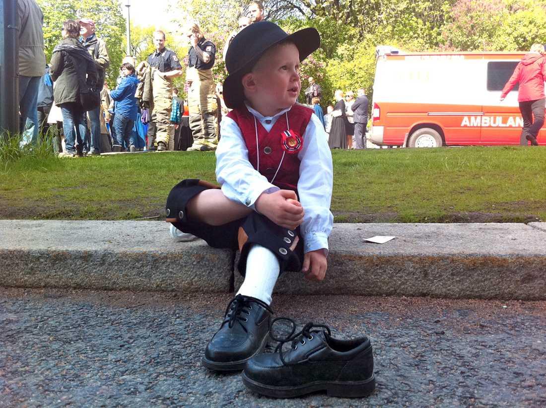 Vilar fötterna Johannes Dannow-Eiken, 4,5, fick ta en liten paus från lekandet och vila foten.  – Han har en kusin i tåget. Det här är verkligen barnens dag i Norge. Det är brandbilar och korv och glass, säger mamma Naja Dannow.