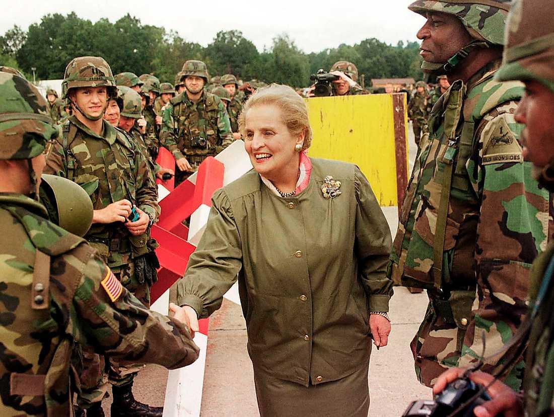 Madeleine Albright besöker amerikanska soldater i Bosnien under sin tid som utrikesminister 1998.