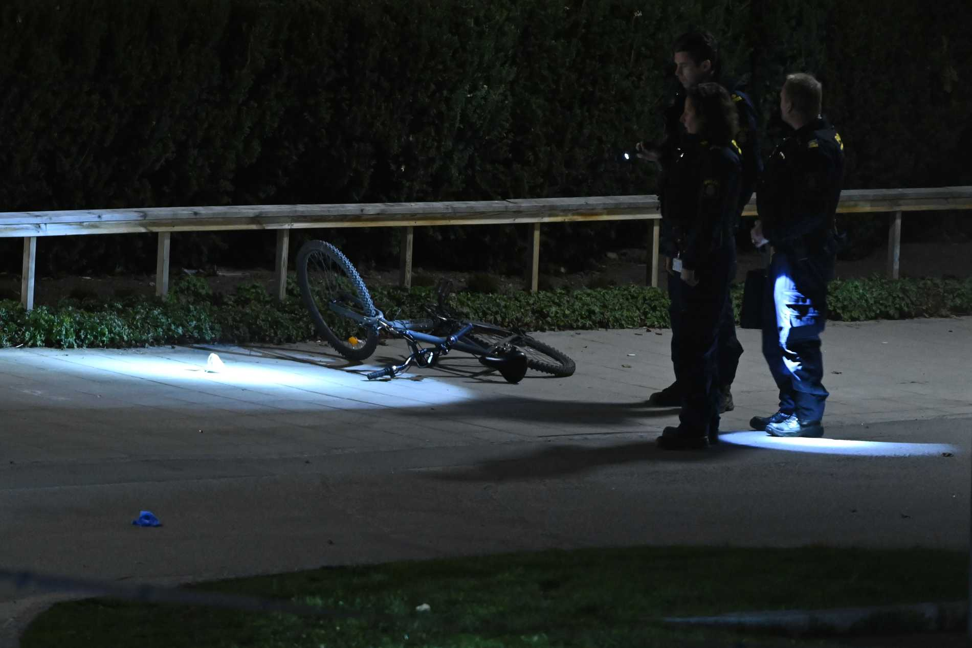 En cykel låg slängd vid mordplatsen. Teknikerna tog den med sig.