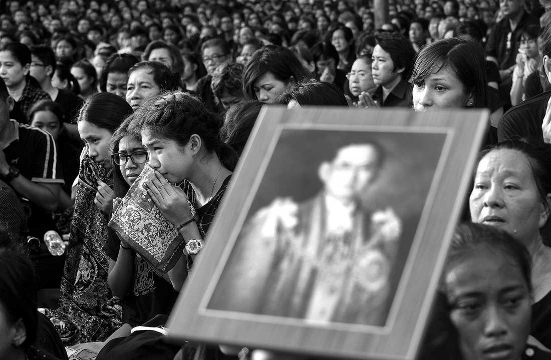 Människor visar sin sorg i samband med att  kung Bhumibols kvarlevor förs i kunglig kortege från sjukhuset Siriraj till det kungliga palatset, Grand Palace, i Bangkok.