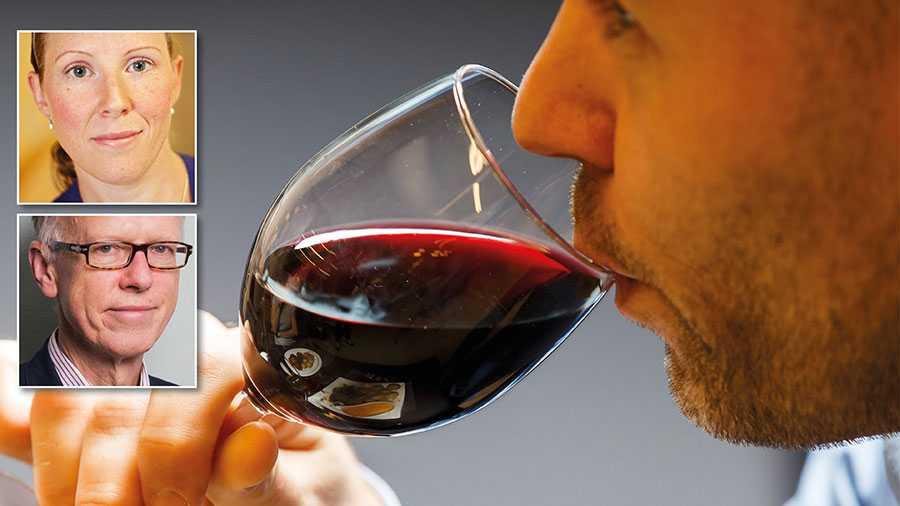 Alkoholkonsumtion spelar en skadlig roll på två sätt. Dels försämras immunförsvaret vilket ökar risken för att drabbas av covid-19. Dels leder alkohol till en ökad spridning av coronaviruset genom att det minskar sociala hämningar och försämrar omdömet, skriver Frida Dangardt och Sven Andréasson.