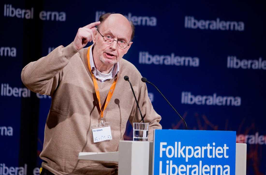 Den aggressiva historieskrivningen från höger blir särskilt absurd i ett otal hyllningstexter till den nyligen bortgånge folkpartisten Per Ahlmark.
