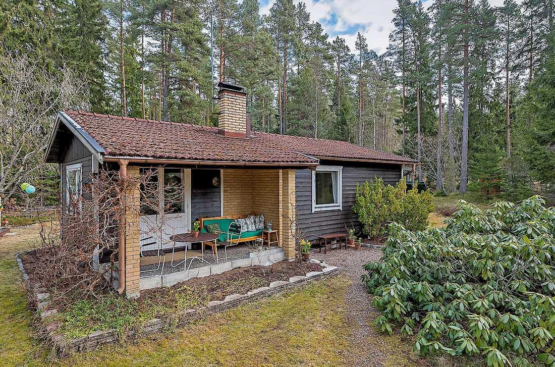 Fritidshus på 53 kvadratmeter på Brölundavägen 47 i Norrtälje. Utgångspris: 995 000 kronor. Säljs via Länsförsäkringar Fastighetsförmedling.