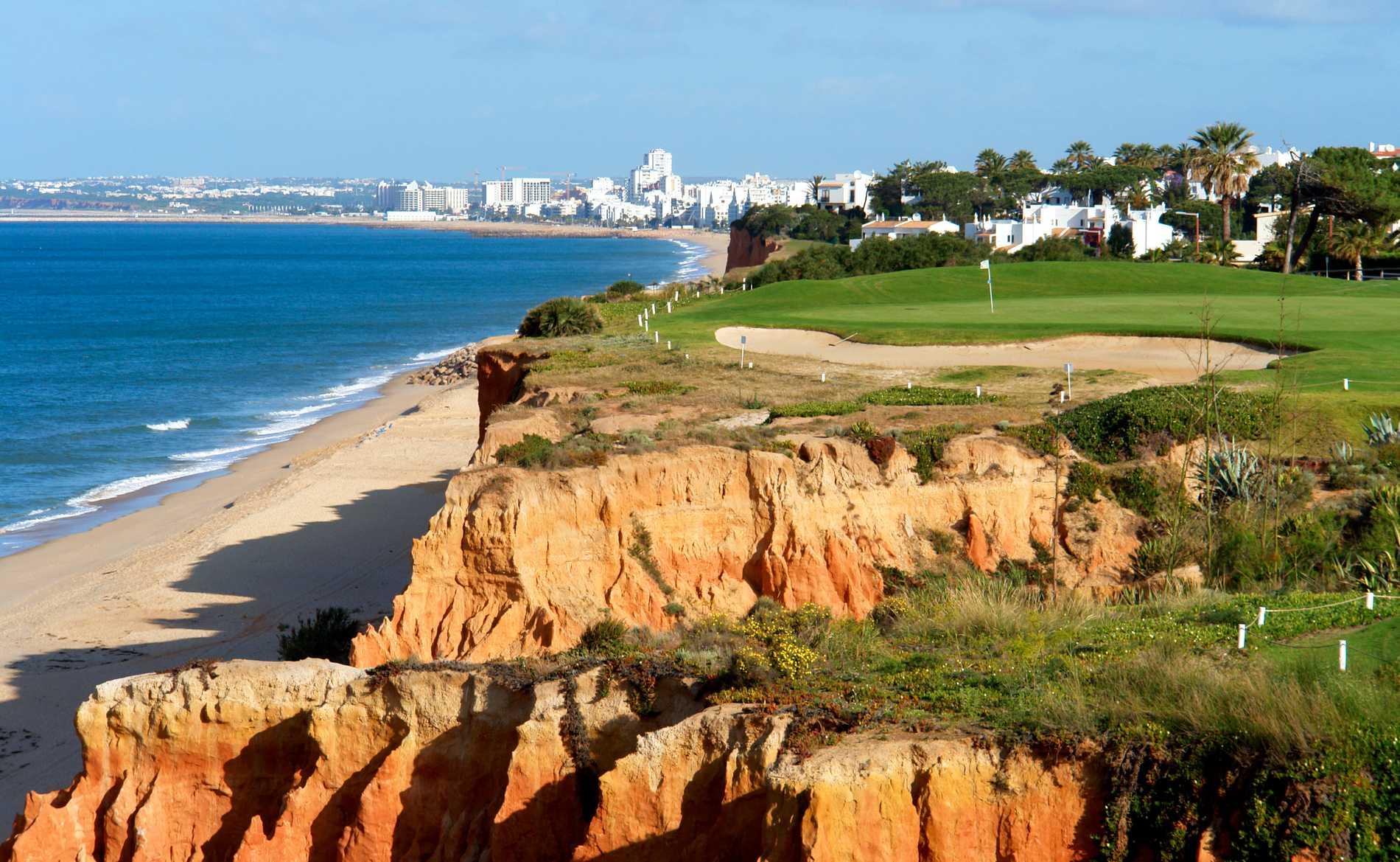 Många golfbanor i Algarve har vackra utsikter.