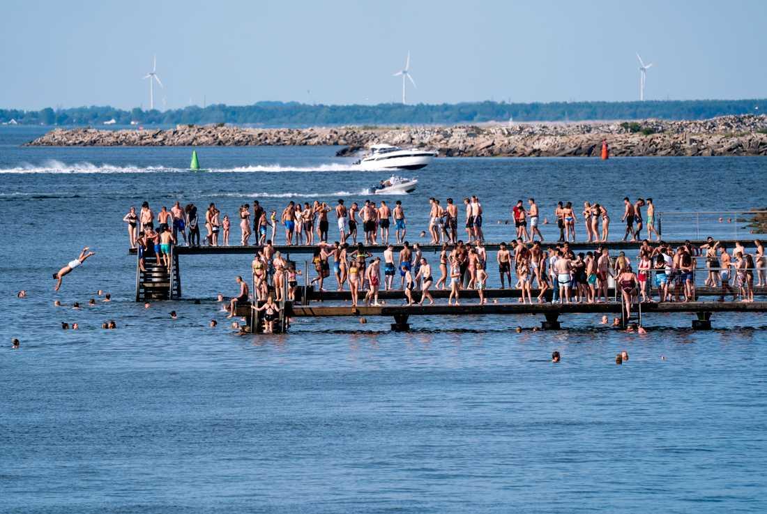 Trängsel på en badbrygga i Malmö i somras. Med den tillfälliga pandemilagen ges verktyg att stänga av allmänna platser med mycket folk. Arkivbild.