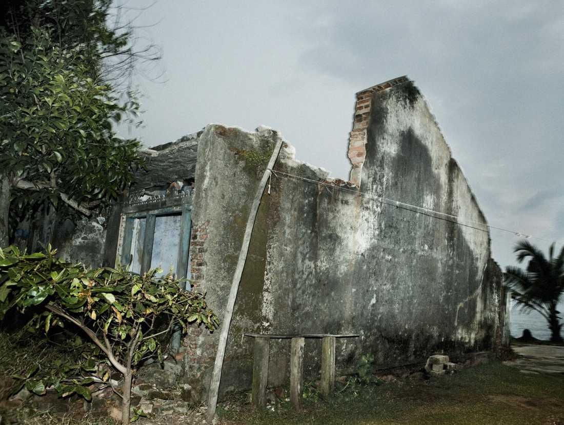 Riva och bygga om är förbjudet efter tsunamin. Ruinerna på sydkusten står därför som spöklika monument och påminner om tragedin 2004.