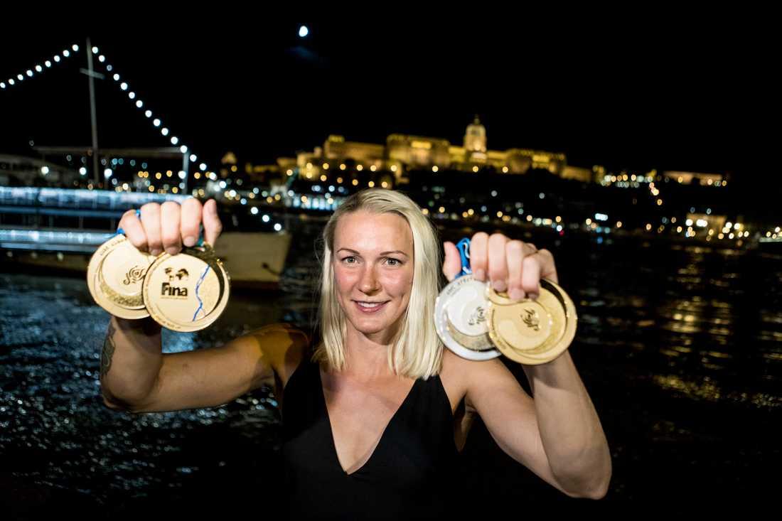 Sarah Sjöström, här med VM-medaljerna från Budapest, har haft en sommar med guld och gröna skogar. Nu siktar världscupledaren på fortsatta framgångar i höst. Arkivbild.