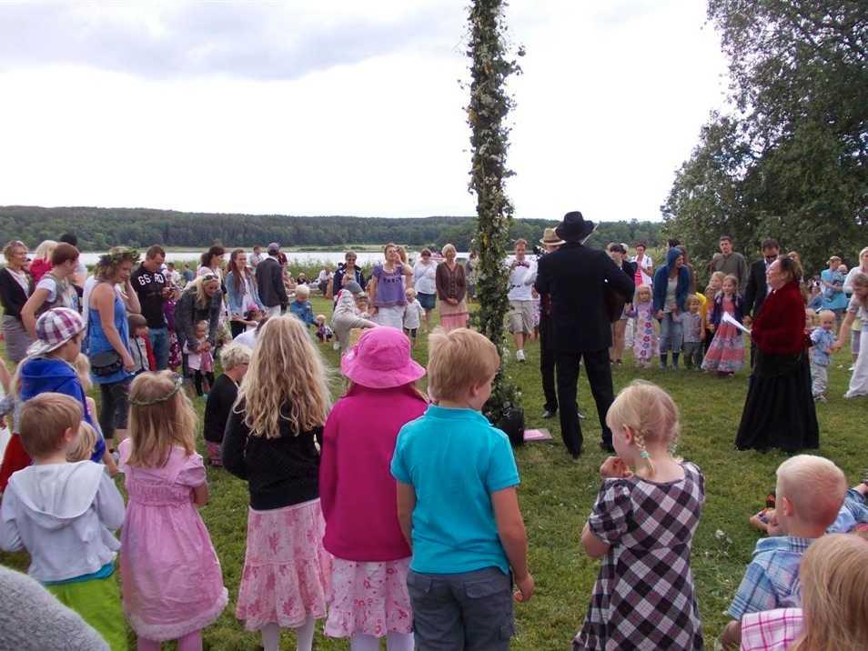 Här dansar vi runt midsommarstången och firar midsommar ute vid Tullgarn Slott, skriver Therese Lindstrand.