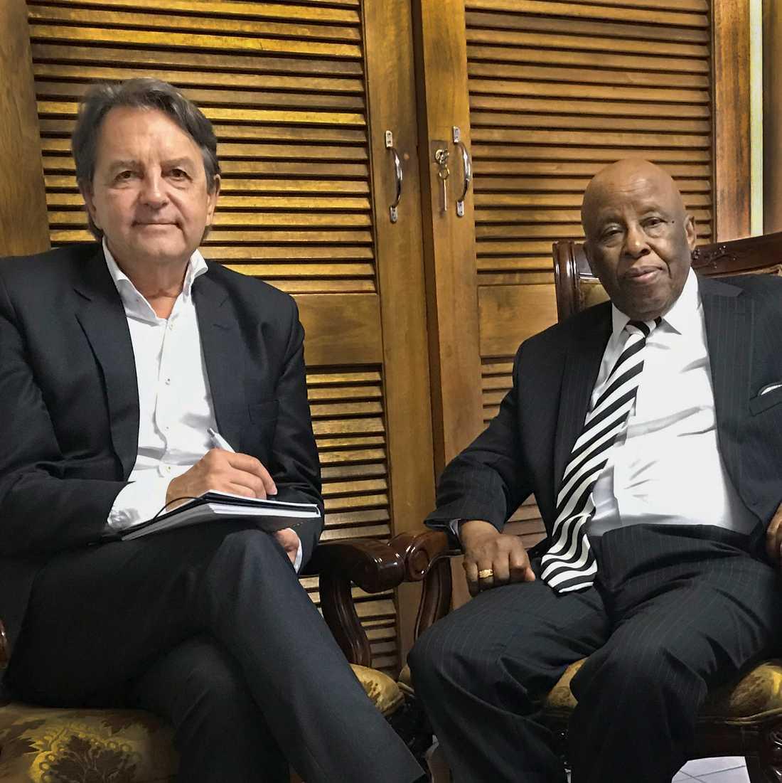 Botswanas förre president Festus Mogae och journalisten Donald Boström.