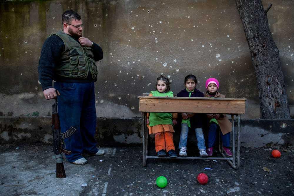 NICLAS HAMMARSTRÖM Barnen sitter fint i skolbänken på Al-Tawheed skolan i Aleppo. Dom flesta skolorna i Aleppo är stängda på grund av kriget. Just idag hålls lektionerna utomhus.
