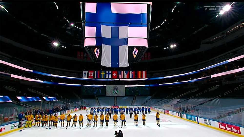 En av de svenska spelarna behöll hjälmen på under Finlands nationalsång.