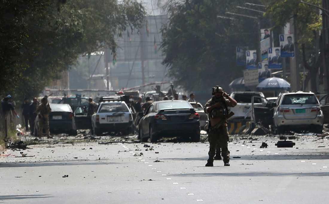 Säkerhetsstyrkor på platsen där en bomb exploderade i Afghanistans huvudstad Kabul på torsdagen.