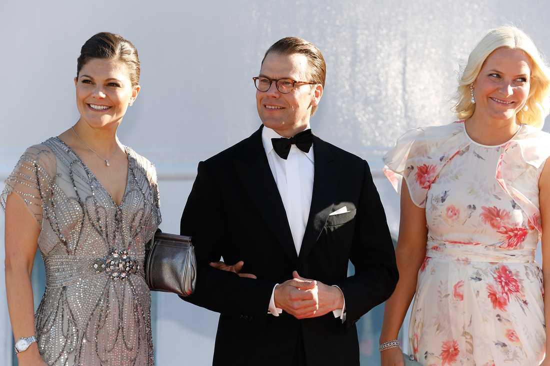 Kronprinsessparet tillsammans med kronprinsessan Mette-Marit av Norge.