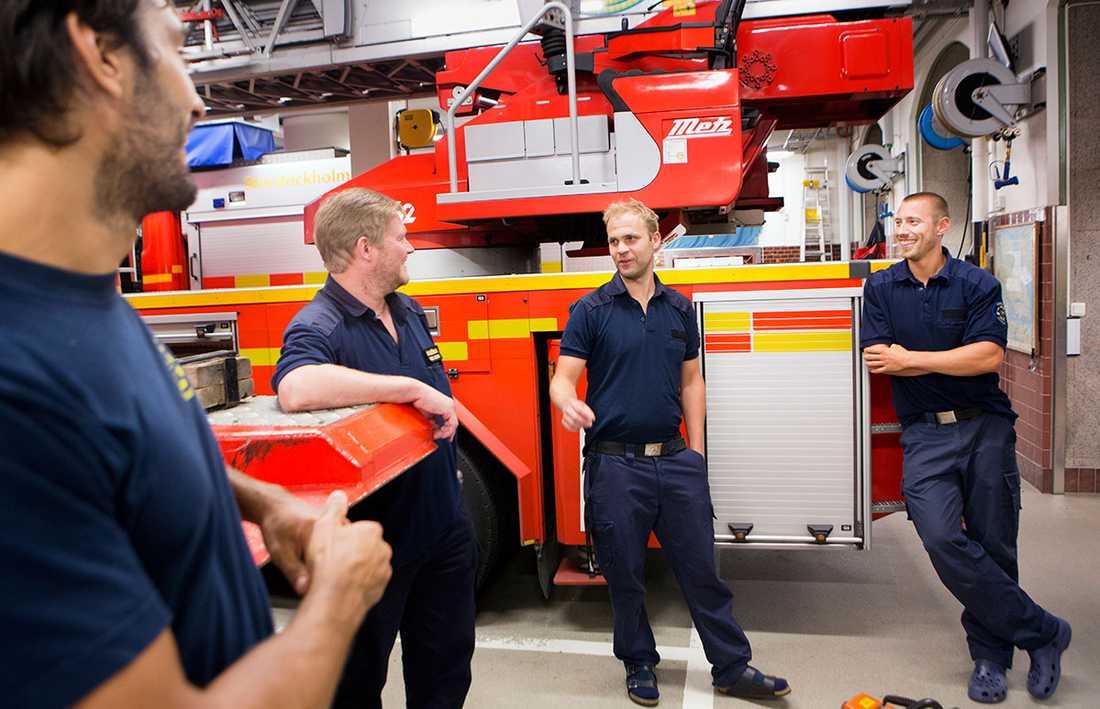 """""""Ett rykte om dagen håller brandkåren i gång"""", säger Anders Jakobsson, här med sina kollegor Peter Nilsson, Markus Forsberg och Mikko Rinkinen på Östermalms brandstation i Stockholm."""