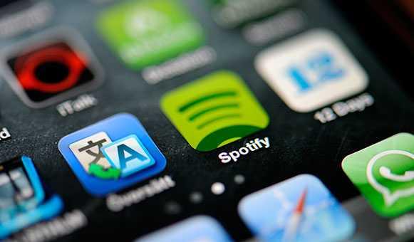 För första gången tjänar skivbolagsbranschen globalt mer pengar på musik som distribueras digitalt än på fysiska skivor.