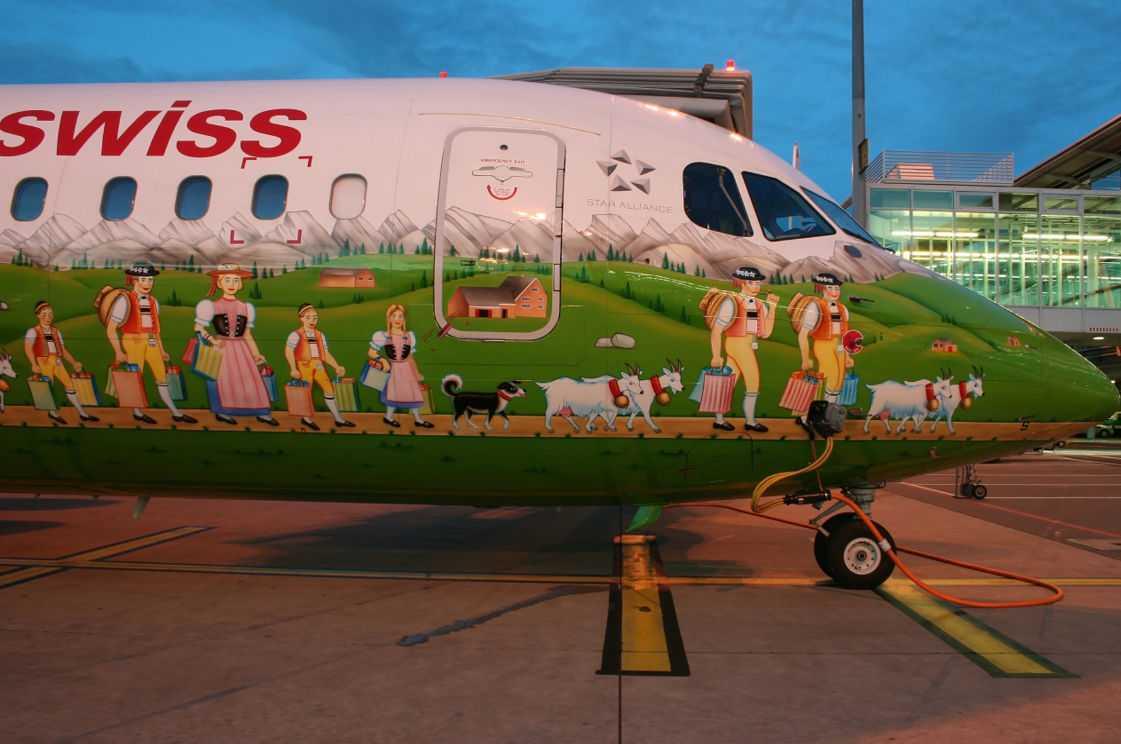 SWISS AIR Trevligt att man lyckats få plats med precis varenda en av landets stereotyper på en enda flygplanskropp.