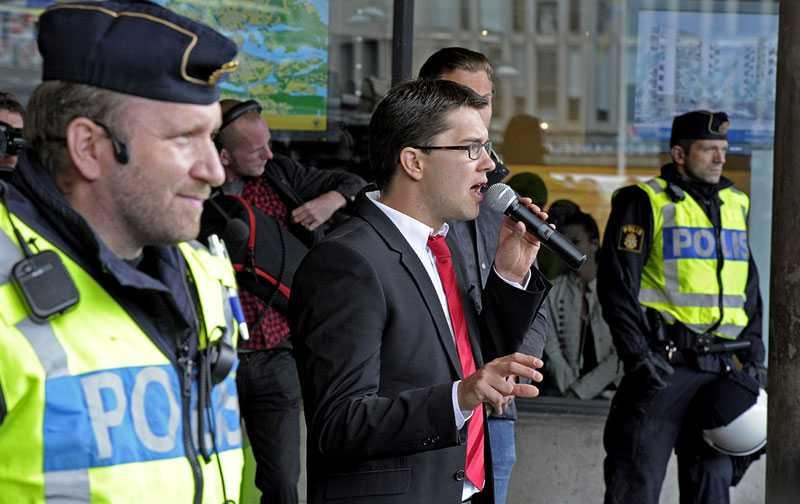 Säkerhetspådrag När Sverigedemokraterna i dag vid lunch skulle hålla sitt allra sista torgmöte på Sergels torg i Stockholm tog polisen det säkra före det osäkra.
